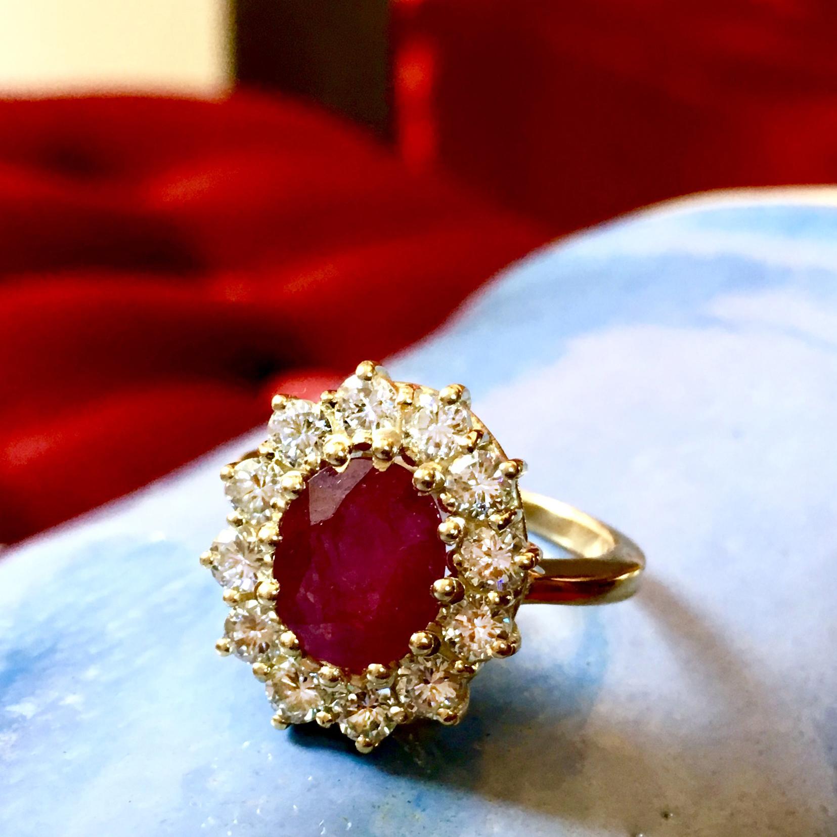 טבעת בסגנון דיאנה משובצת רובי ויהלמים