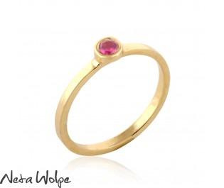 טבעת אירוסין עדינה בשיבוץ אבן רובי