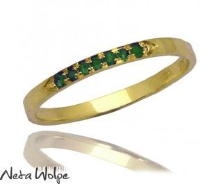 טבעת עדינה ומרוקעת משובצת אבני אמרלד