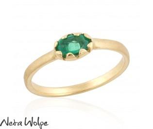 טבעת זהב משובצת אמרלד אובאלית