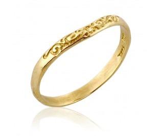 טבעת נישואין עדינה מעוטרת בחריטות