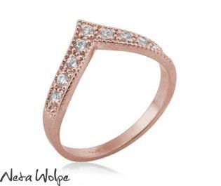 טבעת וי ייחודית משובצת יהלומים
