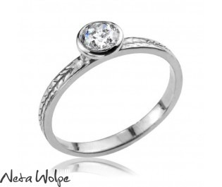 טבעת עם חריטה משובצת יהלום