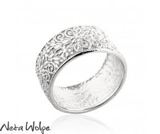 טבעת נישואין רחבה עם גילופים פרחוניים