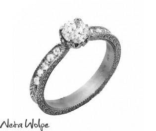 טבעת אירוסין משובצת זרקונים