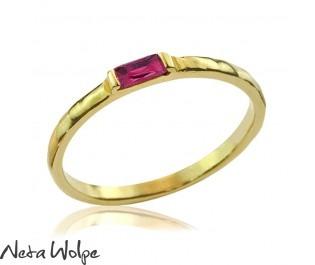 טבעת זהב משובצת אבן רובי מלבנית