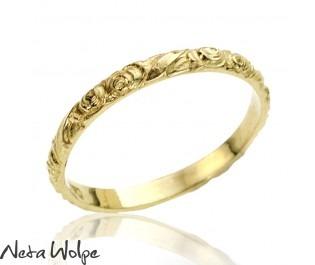 טבעת נישואין עם חריטות ורדים