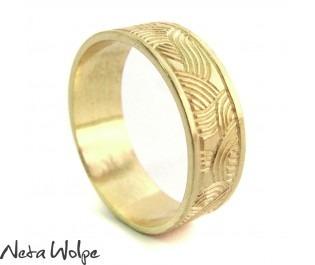 טבעת נישואין מודרנית מקושטת באיורים חרוטים