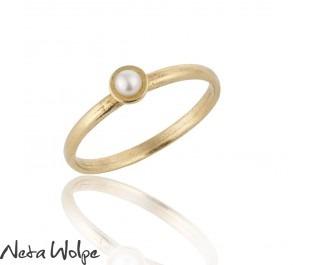 טבעת זהב עדינה משובצת פנינה