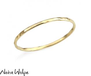 טבעת נישואין עדינה ומרוקעת