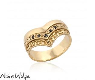 טבעת וי מזהב משובצת יהלומים שחורים