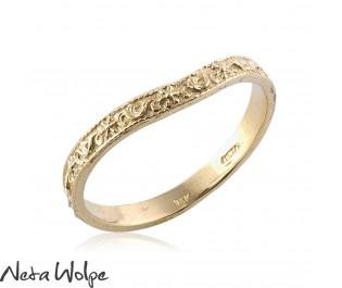 טבעת נישואין המקושטת בחריטות פרחוניות