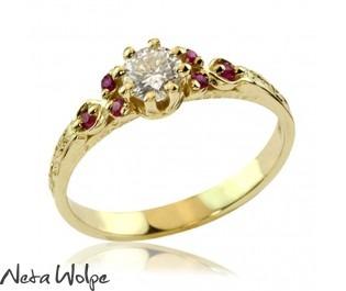 טבעת אירוסין משובצת יהלומים ואבני רובי