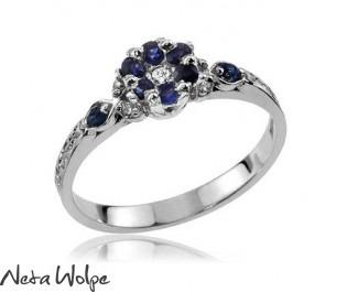 טבעת אלגנטית פרחונית משובצת ספיר