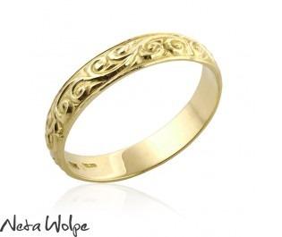 טבעת נישואין רחבה עם גילופים
