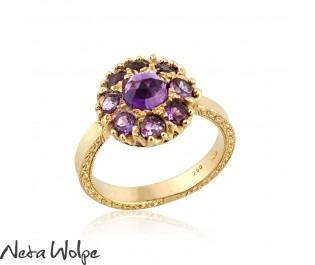טבעת פרח משובצת אבני אמטיסט