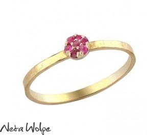 טבעת זהב עדינה משובצת אבני רובי
