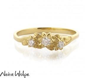 טבעת אירוסין פרחונית משובצת יהלומים
