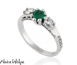 טבעת אירוסין משובצת אמרלד ויהלומים