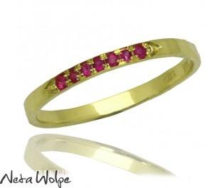 טבעת זהב עדינה משובצת באבני רובי