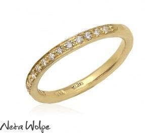טבעת עדינה משובצת יהלומים
