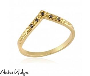 טבעת וי משובצת יהלומים שחורים
