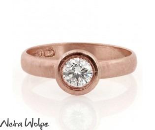 טבעת אירוסין מודרנית משובצת יהלום
