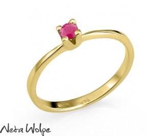 טבעת עדינה משובצת באבן רובי