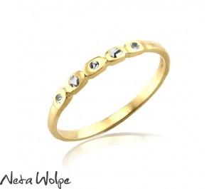 טבעת אירוסין עדינה משובצת חמישה יהלומים