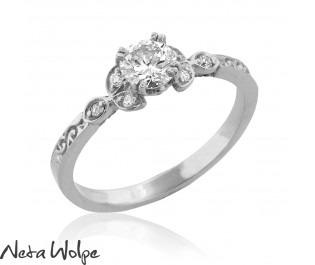 טבעת אירוסין עדינה משובצת יהלומים
