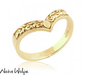 טבעת נישואין רחבה בצורת וי