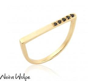 טבעת מודרנית בשיבוץ יהלומים שחורים